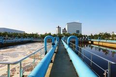 El tanque del tratamiento de aguas con las aguas residuales con proceso de la aireación Imagenes de archivo