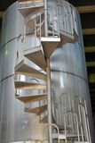El tanque del vino con las escaleras espirales fotos de archivo