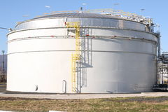 El tanque en fábrica petroquímica Foto de archivo