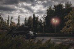 El tanque en la calle de la ciudad Concepto de acción militar y de ataque armado Guerra Fotografía de archivo