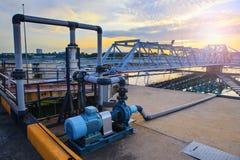 El tanque grande de abastecimiento de agua en el pla metropolitano de la industria de la central depuradora Imagenes de archivo