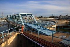 El tanque grande de abastecimiento de agua en el pla metropolitano de la industria de la central depuradora Fotos de archivo libres de regalías