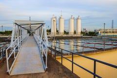 El tanque grande de abastecimiento de agua en el pla metropolitano de la industria de la central depuradora Imágenes de archivo libres de regalías