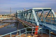 El tanque grande de abastecimiento de agua en el pla metropolitano de la industria de la central depuradora Foto de archivo