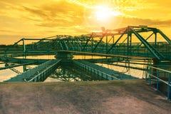 El tanque grande de abastecimiento de agua en el pla metropolitano de la industria de la central depuradora Fotos de archivo