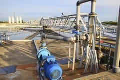 El tanque grande de abastecimiento de agua en el pla metropolitano de la industria del trabajo de agua Fotos de archivo