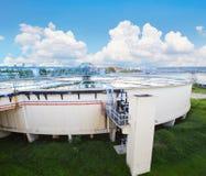El tanque grande de abastecimiento de agua en el pla metropolitano de la industria del trabajo de agua Foto de archivo