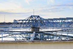 El tanque grande de abastecimiento de agua en sitio de planta metropolitano de la industria del trabajo de agua Imagen de archivo libre de regalías