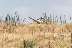 El tanque israel? destruido es despu?s del d?a del juicio final Yom Kippur War en Golan Heights en Israel, cerca de la frontera c fotos de archivo