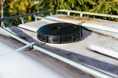 El tanque líquido industrial grande con una capacidad de 1000 litros, 265 galones con una parrilla protectora del metal Primer de imagen de archivo libre de regalías