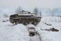 El tanque ligero soviético T-70 en la posición Fragmento de la reconstrucción militar-histórica de la lucha para la brecha del bl Imágenes de archivo libres de regalías