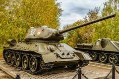 El tanque medio soviético de la Segunda Guerra Mundial T-34 en el área al aire libre de la diorama del museo Imagen de archivo libre de regalías