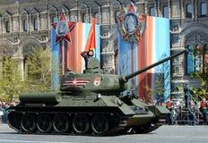 El tanque medio T-34-85 con las banderas rojas en cuadrado rojo durante el ensayo general del desfile dedicado al 72o aniversario Fotos de archivo libres de regalías