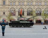 El tanque medio T-34-85 con las banderas rojas en cuadrado rojo durante un desfile que marca el 72.o aniversario de la victoria e Foto de archivo