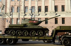 El tanque medio T-34-85 del transporte Foto de archivo libre de regalías