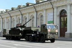 El tanque medio T-34-85 del transporte durante un ensayo del desfile Fotos de archivo libres de regalías