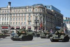 El tanque medio T-34-85 durante el ensayo del desfile dedicado al 70.o aniversario de la victoria en la gran guerra patriótica Imagenes de archivo