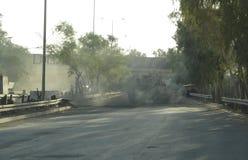 El tanque militar del vehículo de ejército en pistas con el barril después de la guerra victoriosa fotos de archivo