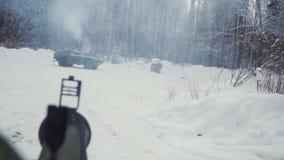 El tanque o vehículo blindado de transporte de personal en clip del bosque del invierno Tirado de un lanzagranadas en el tanque e almacen de metraje de vídeo