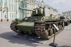 El tanque pesado soviético KV-1 en la acción militar-patriótica en el cuadrado del palacio, St Petersburg Imagen de archivo libre de regalías
