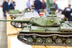 El tanque pesado soviético modelo IS-2 en el control de radio foto de archivo