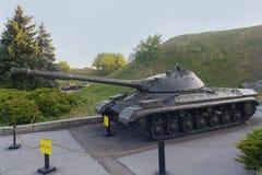 El tanque pesado soviético viejo T-10 en sitio muzanoy fotos de archivo
