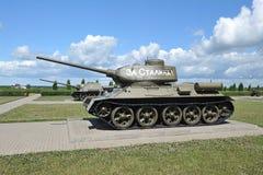 El tanque soviético T-34 en el campo de Prokhorovka después de la batalla del tanque de K Imagen de archivo libre de regalías