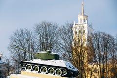 El tanque soviético viejo le gusta el monumento en Gomel, Bielorrusia Imagenes de archivo
