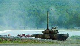 El tanque T-80 después del obstáculo del agua Imágenes de archivo libres de regalías