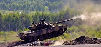 El tanque T-90 del Shooting imágenes de archivo libres de regalías
