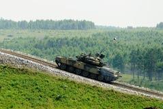 El tanque T-80s en el movimiento Imágenes de archivo libres de regalías