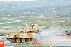El tanque T-90S se mueve después de vado del agua Imágenes de archivo libres de regalías