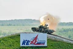 El tanque T-80s se mueve y tira hacia un lado Imagenes de archivo