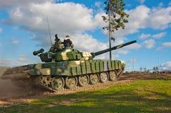 El tanque T-72 sube la colina. Fotografía de archivo libre de regalías