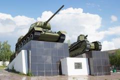 El tanque T-34 y el primer tanque soviético ruso Imágenes de archivo libres de regalías
