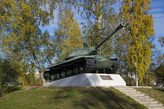 El tanque IS-3, un monumento en honor del 55.o aniversario de la victoria en la gran guerra patriótica Priozersk, región de Lenin Imagenes de archivo