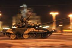 El tanque va a lo largo de las ciudades de la calle Foto de archivo libre de regalías
