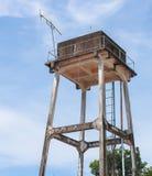 El tanque viejo del abastecimiento de agua del tanque de agua para la agricultura con el cielo azul Imagen de archivo libre de regalías