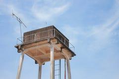 El tanque viejo del abastecimiento de agua del tanque de agua para la agricultura con el cielo azul Imágenes de archivo libres de regalías