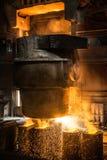 El tanque vierte el acero líquido en las formas Imágenes de archivo libres de regalías