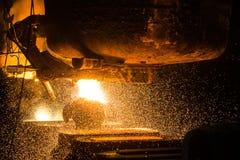 El tanque vierte el acero líquido en los moldes Fotos de archivo