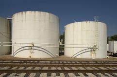 El tanque y ferrocarriles de almacenaje Fotos de archivo