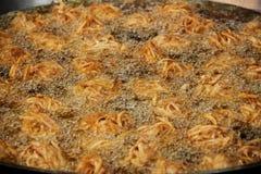 El taro frió sea fritada en aceite caliente en cacerola Fotos de archivo libres de regalías