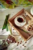 El tarro de granos de café fijó con una taza de café express y de accesorios Fotos de archivo libres de regalías