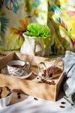 El tarro de granos de café fijó con una taza de café y de accesorios Fotografía de archivo libre de regalías