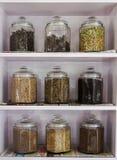 El tarro de la especia apila para arriba o estante de especia en la India imágenes de archivo libres de regalías