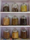 El tarro de la especia apila para arriba o estante de especia en la India fotografía de archivo libre de regalías