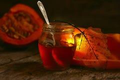 El tarro de la miel, seca las hojas en un fondo oscuro y una luz hermosa Imagen de archivo