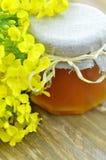 El tarro de miel deliciosa en un tarro con la rabina florece Fotografía de archivo libre de regalías