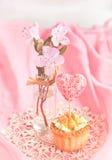 El tartlet dulce adornó el regalo-corazón en rosa Imagen de archivo libre de regalías